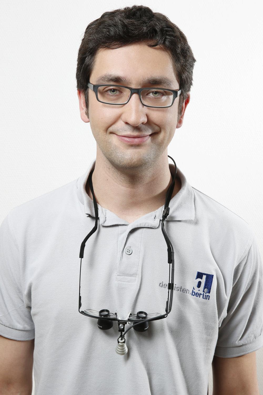 David Göbel - Examen 2013 in Berlin, absolvierte seine Vorbereitungszeit bei den dentisten.berlin, inzwischen Partner der Praxis. Besitzt speziell in der Endodontologie besondere Kenntnisse und Fähigkeiten, aber auch mit allen anderen Fachgebieten und Techniken vertraut.