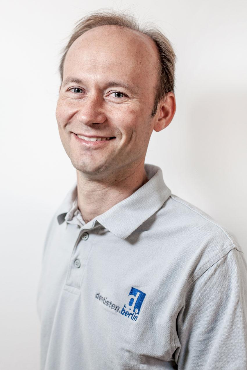 Dr. Robert Neumann - Examen 2006 in Berlin, Promotion 2013, Ausbildungszeit in dieser Praxis, Partner seit 2017. Die Arbeitsschwerpunkte liegen ebenfalls bei der CAD/CAM Dentistry(CEREC), ist auch implantologisch tätig. Praktiziert an vier Wochentagen in der Seeburger Filialpraxis.