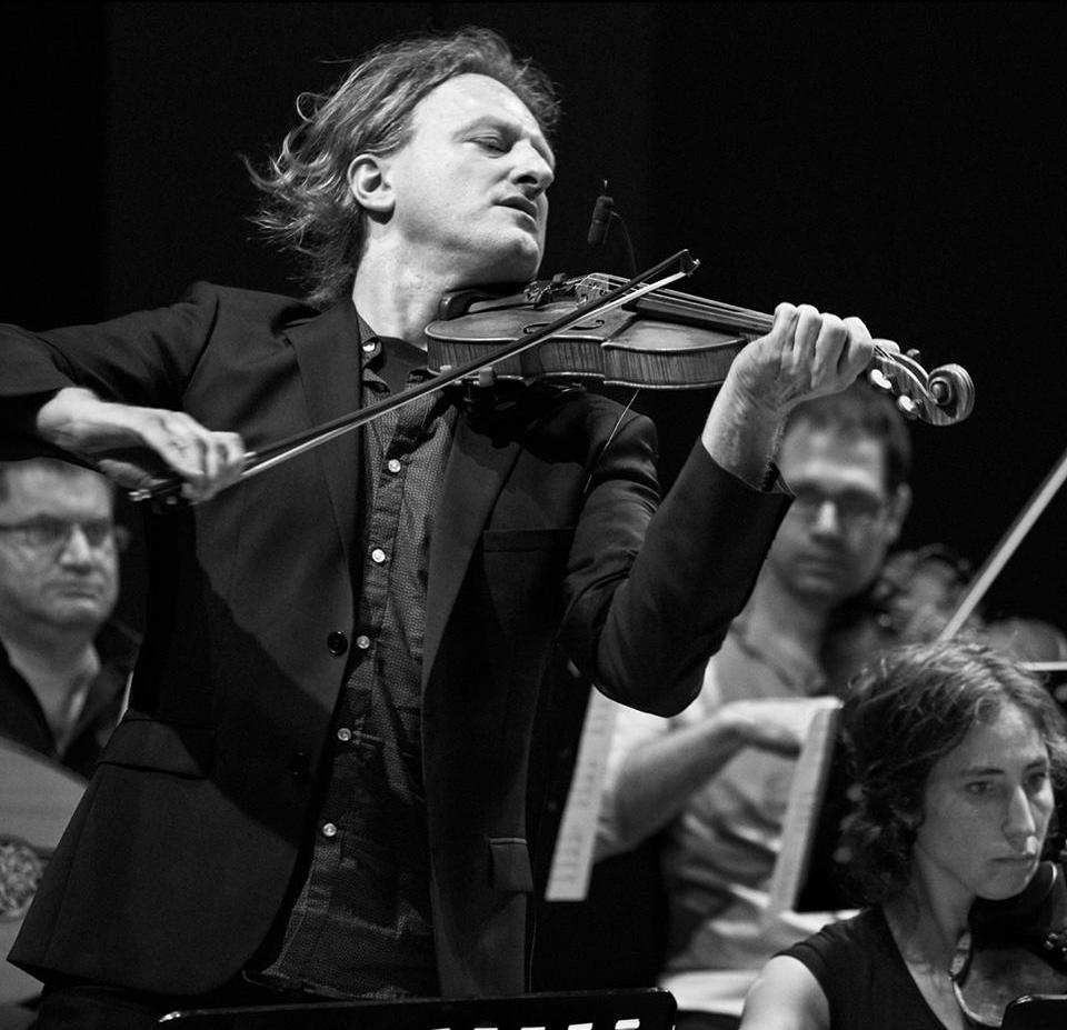 Wouter Vandenabeele    Wouter Vandenabeele is violist, arrangeur en componist. Hij maakte een 30 tal cd's met verschillende groepen w.o. Ambrozijn en zijn wereldorkest Olla Vogala. Daarnaast zat hij achter het Marokkaans-Vlaams project Brared Ataï met concerten in zowel Marokko als hier.