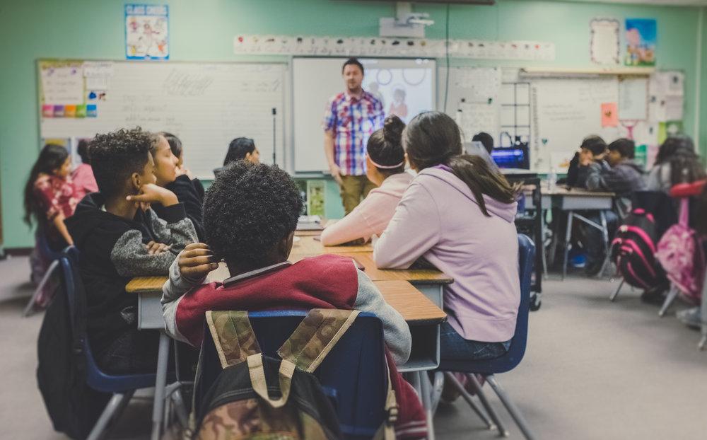 """- """"Omdat de eerste jaren zo belangrijk zijn voor de latere schoolprestaties, is het inzicht gegroeid dat we reeds in de voor- en vroegschoolse periode veel aandacht moeten besteden aan de taalstimulering. Leren omgaan met de context van meertaligheid, het belang van non-verbale communicatie, het welbevinden en de betrokkenheid zijn van cruciaal belang."""""""