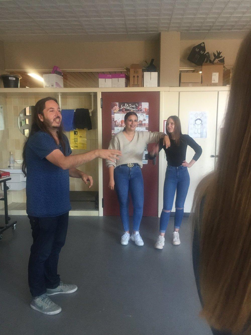 Domien Vloeberghs - Domien is stand up comedian en speelt improvisatietheater bij de Gentse groep Improcessie. Hij begeleidt de leerlingen verzorging tijdens enkele workshops improvisatietheater.