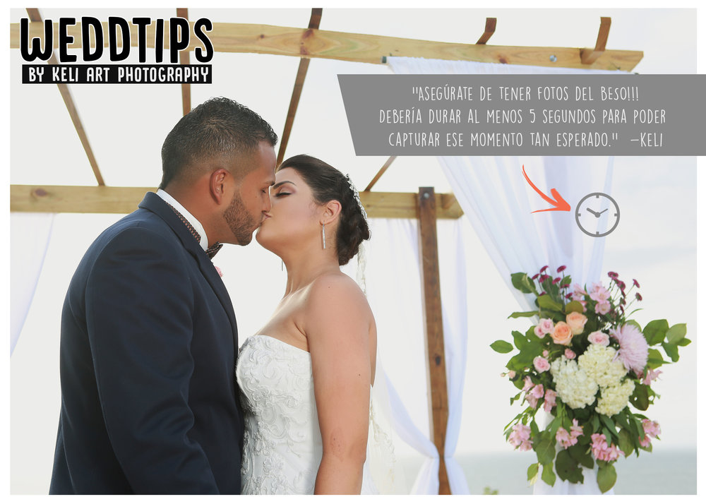 WeddTips: Uno de los momentos mas esperados por los novios e invitados es el BESO. Es un momento simbólico que sella ese pacto de AMOR. Y por supuesto, nosotros los fotógrafos buscamos capturar ese momento de manera perfecta. Si deseas tener fotos del BESO, debería durar aproximadamente 5 segundos. Otra recomendación que tenemos para ustedes es que luego del beso pueden mirarse, unir sus rostros y abrazarse. Esta secuencia de afecto se ve muy romántica y perfecta para fotos. No dejando de ser ustedes mismos. Pueden practicar ;)!!!!!