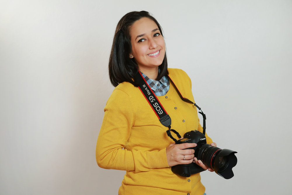 Keli -> Fotógrafa en Keli Art Photography. Natural del pueblo de Quebradillas. Desde niña le interesó el mundo del arte por lo cual, desde muy joven, estudió en la Escuela de Artes Plástica de Arecibo. Allí se educó en el tema de dibujo, escultura, teoría del color y diseño. También se interesó mucho en la fotografía desde que estaba en la escuela superior. Estudió Comunicaciones en la Universidad del Sagrado Corazón. Su concentración mayor la realizó en Fotografía. Se ha dedicado a la fotografía por mas de 9 años. Se especializa en la fotografía de Bodas y sesiones de familias. Es madre de dos niñas llamadas Fiorella y Amira Isabella.
