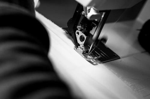 - CONTROLLED WORKING CONDITIONSWe control at all times the process of who and where we manufacture our productions.We firmly believe in fair wages, respect and dignity.Our goal is to be as transparent as possible with our employees and customers.CONDICIONES DE TRABAJO CONTROLADASControlamos en todo momento el proceso de quién y dónde fabricamos nuestras producciones.Creemos firmemente en salarios justos, respeto y dignidad.Nuestro objetivo es ser lo más transparentes posible con nuestros empleados y clientes.