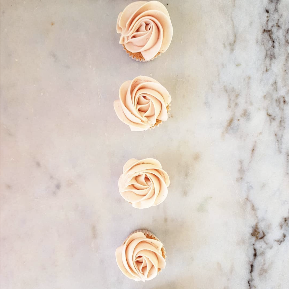 DOTTY ROSE CAKE DESIGN ROSE CUPCAKES.png