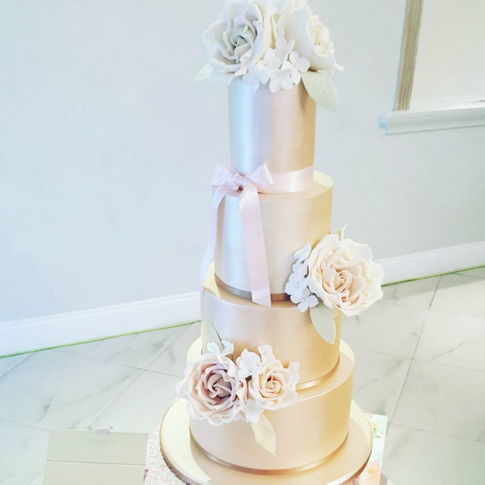 DOTTY ROSE WEDDING CAKE DESIGN LUSTRE.png