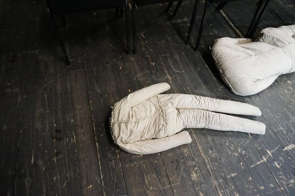 Aurora Lubas - Kosteat ihmisen kokoiset räsynuket, ajelehtivat pakolaiset kannetaan syliin ja jalkojen juureen. Näin aloittaa performanssitaiteilija Aurora Lubos Welcome-esityksensä Teart Wybrzezen ullakkotilassa. Pienistä kaiuttimista kuuluu koiran haukkua, rukouksia, laineet. Aurora toistaa hiekkarannalle ajelehtineiden ruumiiden asentoja katsomorivien välissä, lattialla, joka on peitetty pakolaisille jaettavilla harmailla huovilla. Tunnelma tiivistyy, kun kolme isoa granaattiomenaa murskataan harkkoja vasten. Taustakankaasta heijastuu videokuva, jossa pakolaiset jonottavat pääsyä Puolaan. Aurora puhuu kieltä, jota en ymmärrä. Aurora välittää tarinan, jonka tunnistan. Taiteilija on jo poistunut esityksestä. Yleisö on yhä, eikä tiedä miten päättäisi kohtauksen ja milloin, on nuket. Gdansk 09.12.2017
