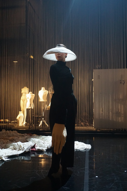Céline Mathieu poseeraa esityken puolivälissä.
