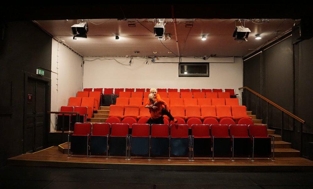 Tanssiteatteri Erin perustajajäsenet Lassi Sairela ja Eeva Soini asemoivat itsensä yleisöpenkkiin Polttopiste-esityksen jälkeen 2.2.2019.
