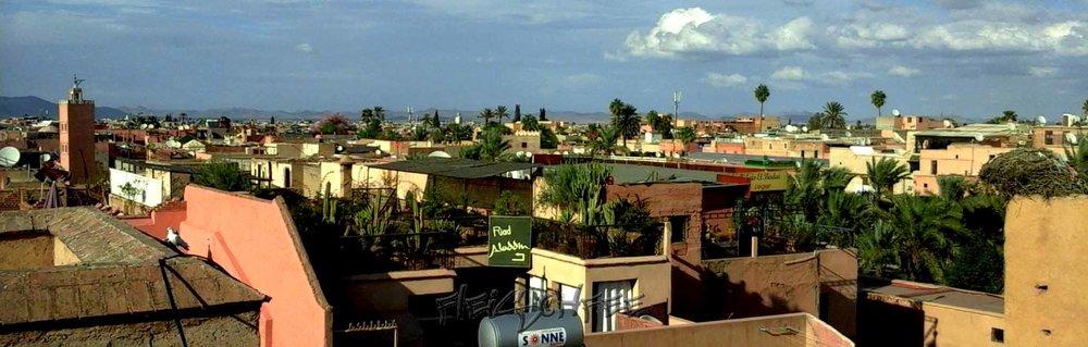 Marrakesch Skyline mit Atlasgebirge im Hintergrund