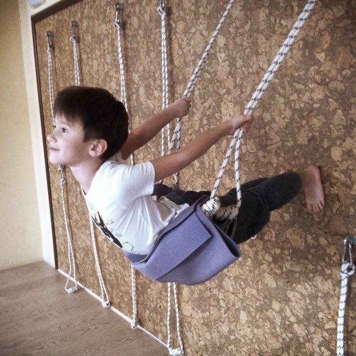 Детская йога в нашем центре йоги Айенгара Йога Практика Нижний Новгород.Занятия развивают силу, гибкость и выносливость, расширяют диапазон движения, улучшают координацию, владение телом, тренируют вестибулярный аппарат. На чрезмерно тревожных и возбужденных детей действуют успокаивающе. Веселье, игры и укрепление детского организма, все это йога Айенгара!