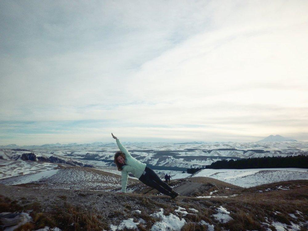 Наш приглашенный преподаватель, Мария Маврикова, практикует йогу Айенгара даже путешествуя по горам вдалеке от цивилизации!
