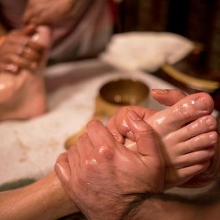 Масляный массаж стопот мастеров Аюрведы из Индиив нашем центре Йога Практика Нижний Новгород