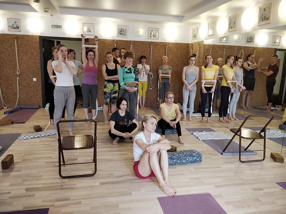 С нами вы освоите практику включающую позы йоги Айенгара, которые подойдут вам лично, для избавления от болей в спине, ногах, руках, для обретения хорошего самочувствия, спокойствия, для снятия стресса и обретения энергии, силы и хорошего настроения