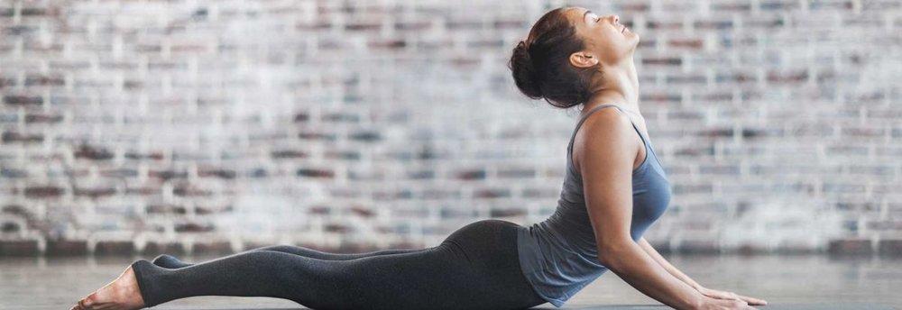 Женщина занимается йогой Айенгара для улучшения здоровья спины и положения позвоночника