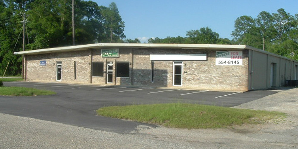 3345 Halls Mill Road - WAREHOUSEA 14,000± square foot office/warehouse located at the intersection of Interstate 65 and Halls Mill Road.Currently there is a 3,150± square foot office/warehouse available for $1,250 per month, with a fully air conditioned warehouse.Lease Price: $1,250 Per MonthTenants:Wrico Signs,Betbeze Realty Company,Camellia Resurfacing