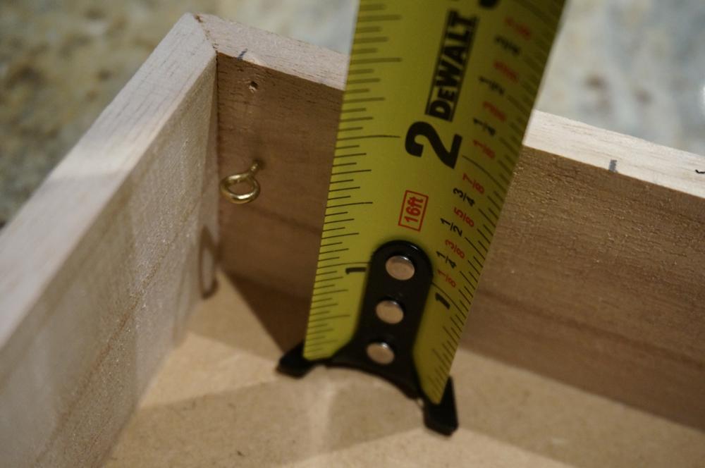 Use your measuring tape to ensure even spaces between your screws. Also keep the depth consistent. ~~~~~ Usa tu cinta métrica para dejar espacios uniformes entre tornillos. También asegúrate que todos estén a la misma profundidad.
