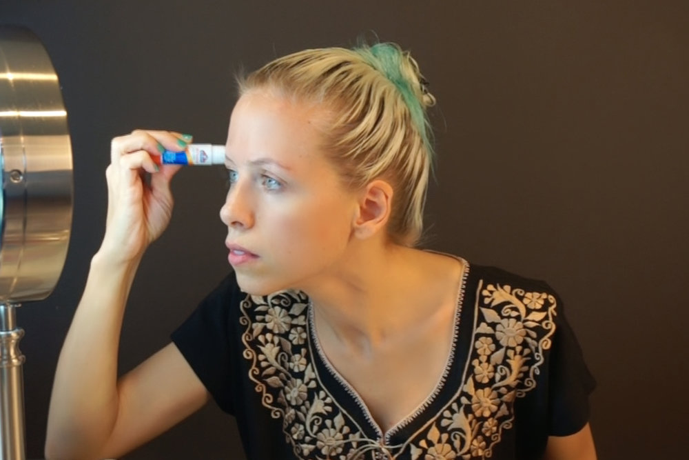 start by hiding your eyebrows with a glue stick / empieza escondiendo tus cejas con pegamento en barra
