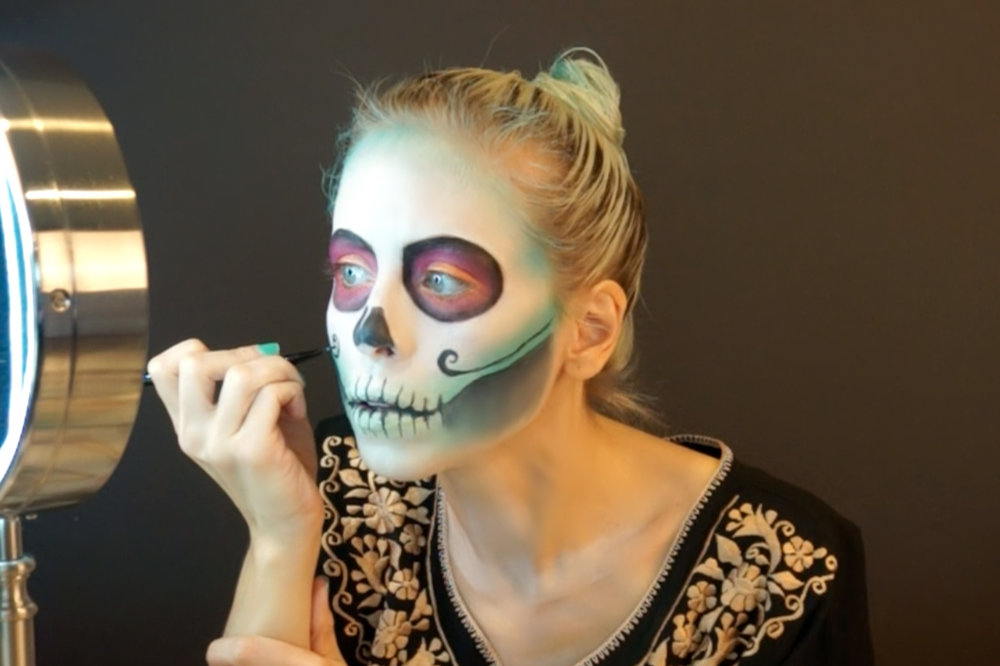draw in embellishments to make your skull look more festive / dibuja adornos para que se vea más alegre la calavera