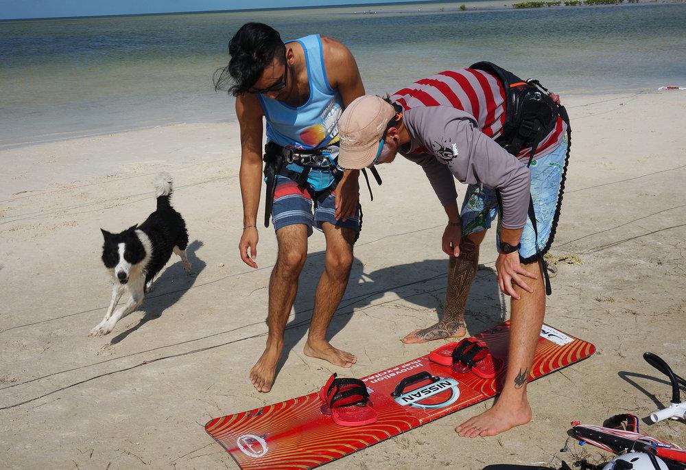 Nico, the guy we picked up, was a kitesurfing instructor. Ben didn't let the opportunity slide. /  Nico, el chico que conocimos en la carretera, resultó ser instructor de KiteSurf. Ben no desaprovechó la oportunidad.