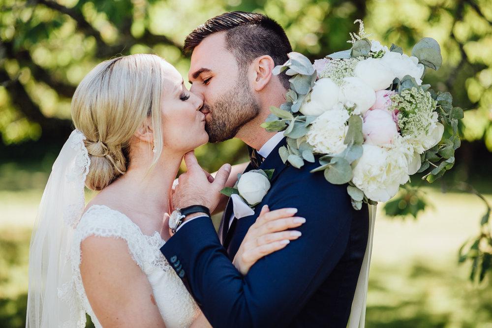 """""""Underbara Emma! Ett självklart val när vi letade bröllopsfotograf och såg hennes bilder och vi är så nöjda. Hon får vem som helst att känna sig avspänd framför kameran, vi tyckte det kändes som att vi bara hängde runt och hade en härlig dag inte alls som en stel fotografering. Känsla för detaljer och en glad och positiv person man genuint verkligen tycker om!Tack för att du förevigade vår dag!"""" - - Hanna & Emir"""
