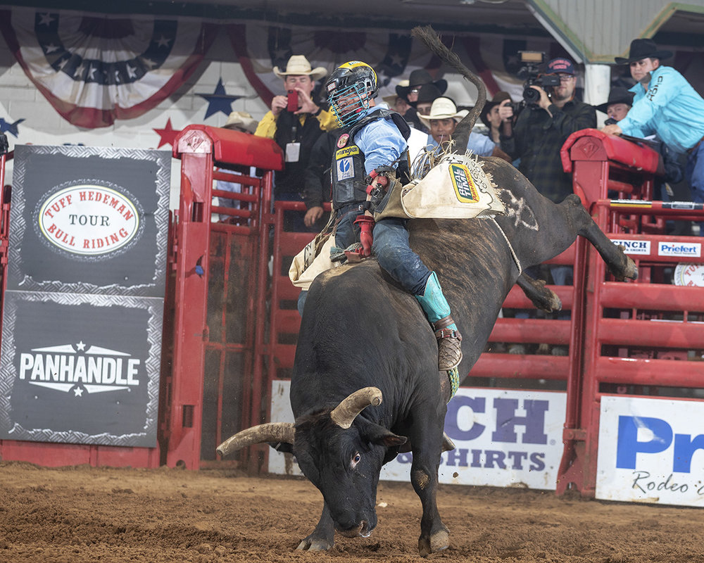 PBR World Champion Mike Lee wins Hedeman's Fort Worth Championship Challenge