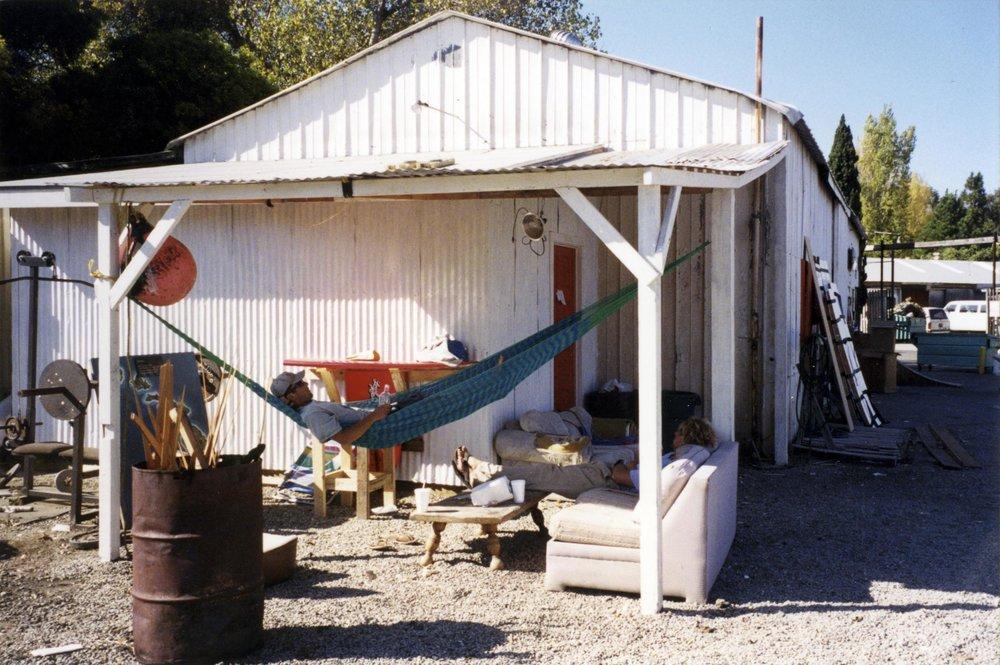 かつての作業場(現在はグラッシング工場)での昼寝風景。