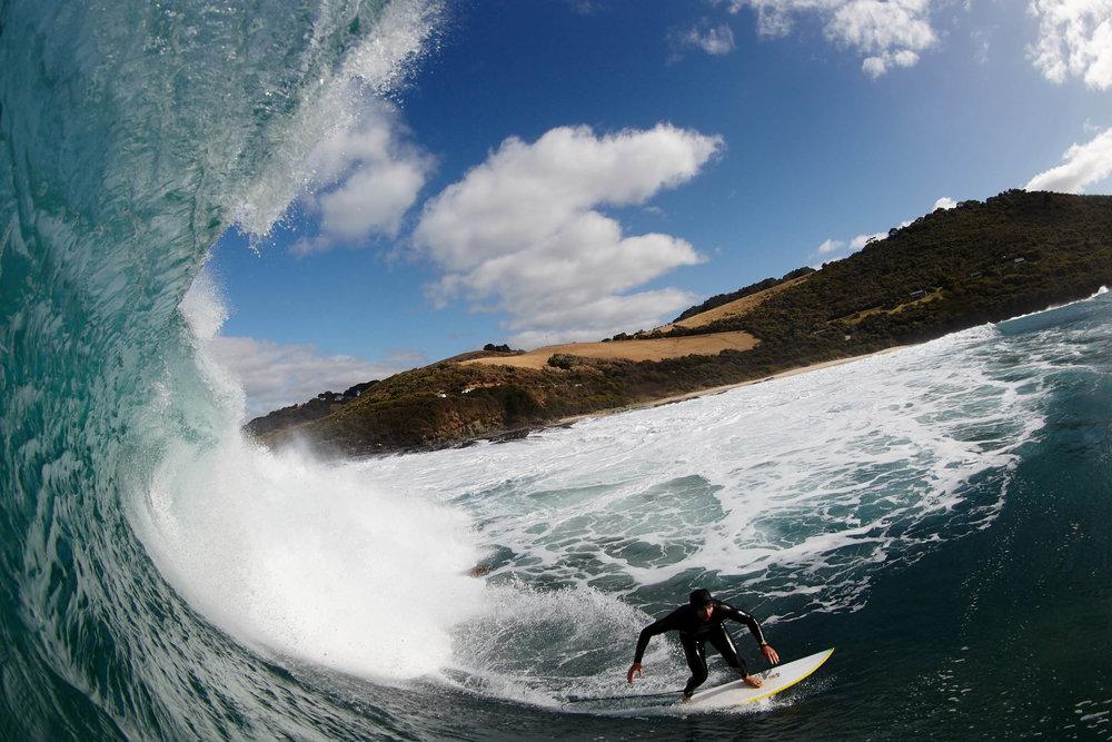 湾で右向きの波に乗るダン。写真:ジョン・フランク