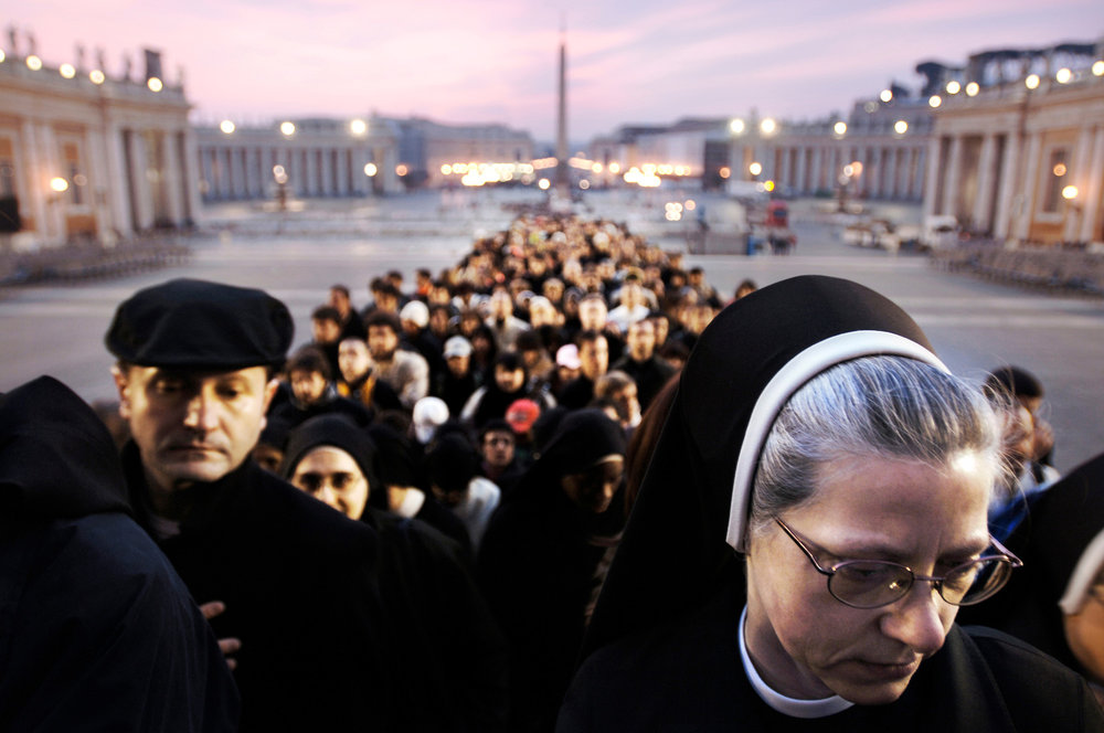 Vatican 04 April 2005 Mourners pay respect to Pope John Paul II.Photo: Ezequiel Scagnetti
