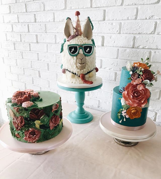 When there's not one, but THREE amazing cakes...and a life size balloon cactus...and gobs of terrariums...and you just died and went to some type of southwest heaven...🌵☀️ @purple.pineapple.photography  @frostmesweet  @upballoonboutique