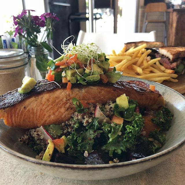 Atlantic Salmon and Kale Quinoa Salad @botannixstudiocafe #crispyskin #summermeals#avocado #beetroot #healthyfood #botannixcafe #yum