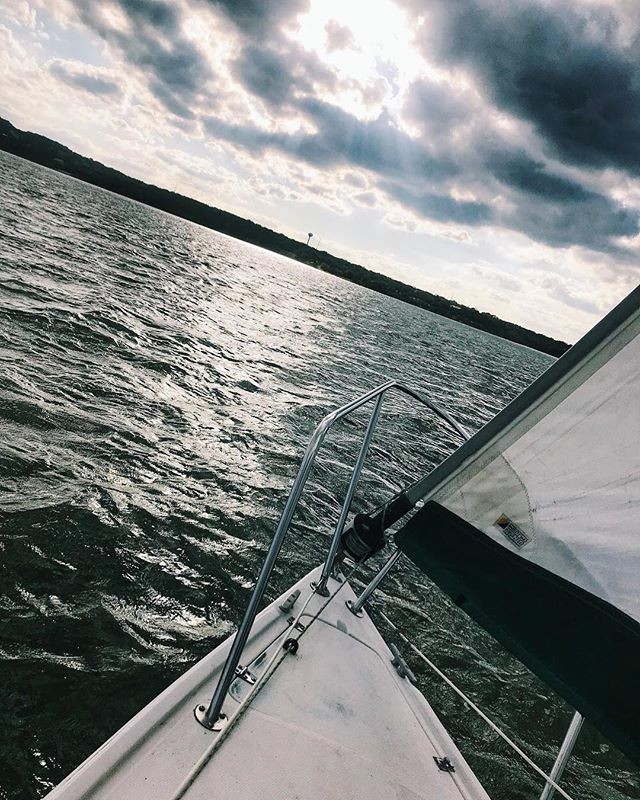 There's a Thursday Night Sail this week from 5 pm - 11 pm! 🌙 #sailing #laketravis #sail