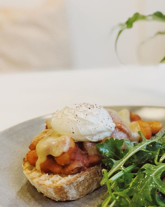 chorizo, borlotti beans, tomato, cheddar and poached egg tartine 👌🏻 . A twist on your classic beans on toast, this is the perfect warming dish on a day like today! 🌧