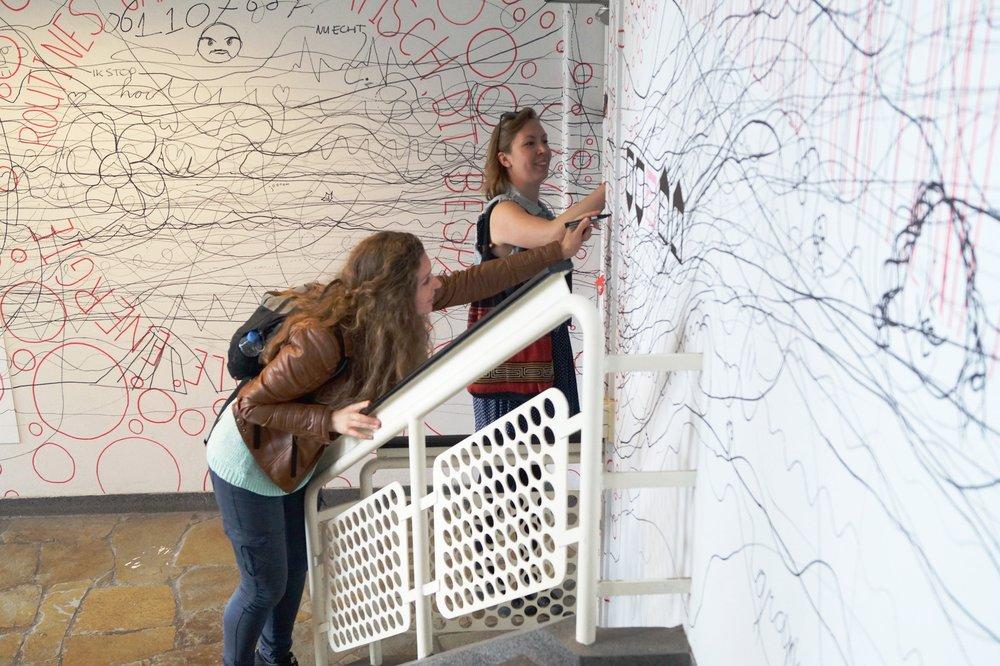 Wat er ook gebeurt, de stift moet de muur blijven raken. Zelfs wanneer het pand je tegenwerkt.