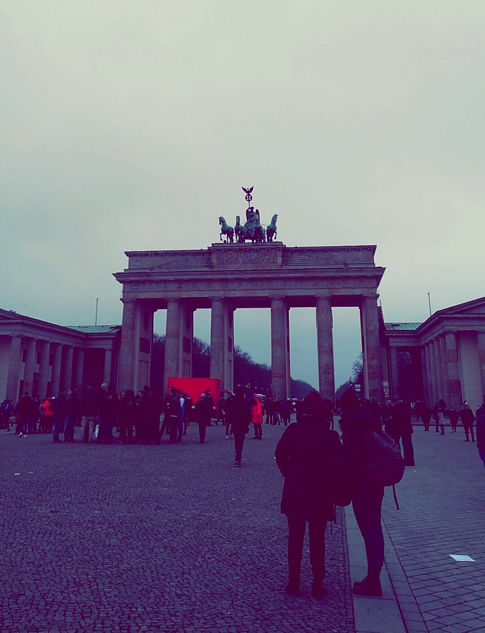 The remaining protesters amongst the usual Brandenburger Tor tourists.