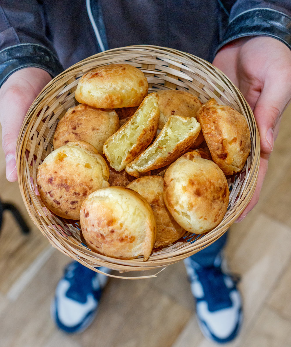 """""""Le meilleur pain au fromage de Paris"""" - Une des spécialité les plus connues du Brésil, dont vous pouvez maintenant profiter à Paris. Vous ne vous en lasserez plus. Par chance, on en sort du four toute la journée."""