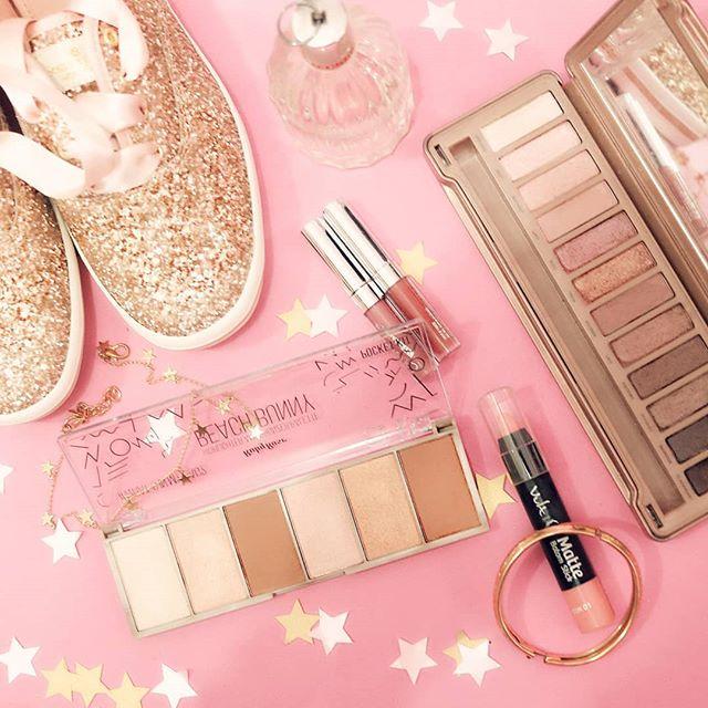 Alguém chama a ambulância porque a srta cor de rosa tá de olho em todos os tons de nude hahaha  Obrigada pela paciência enquanto volto pós hospital. 💗 Meu #timevixendeunicornios é o melhor!!! #flatlayoftheday #flatlay #glitterguide #pinklife  Paleta de iluminadores @rubyrose_oficial Paleta naked 3 @urbandecaycosmetics  Batons líquidos @colourpopcosmetics  Batom stick @vult_cosmetica  Perfume See by Chloe @sephorabrasil  Keds @katespadeny (❤😿) Chocker dourado de estrelas @lojalapetitefleur