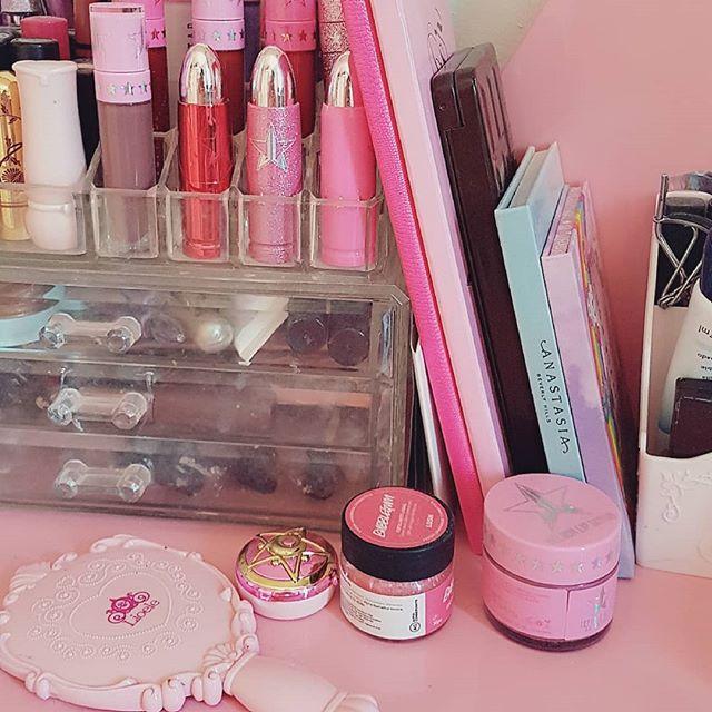 Uma pequena coleção da minha obsessão com rosa, glitter e tons pastéis 💖 é incrível pensar que quando era pequena eu já amava tanto a cor e só me afastei por que me diziam que era infantil demais; Demorou bastante mas fico extremamente feliz quando vejo que abracei essa paixão Até mesmo porque dizem que estar cercado pela sua cor favorita ajuda o seu humor de várias maneiras 💖💗💟🍨 Qual a sua?  #girly #pink #makeup #glitterguide