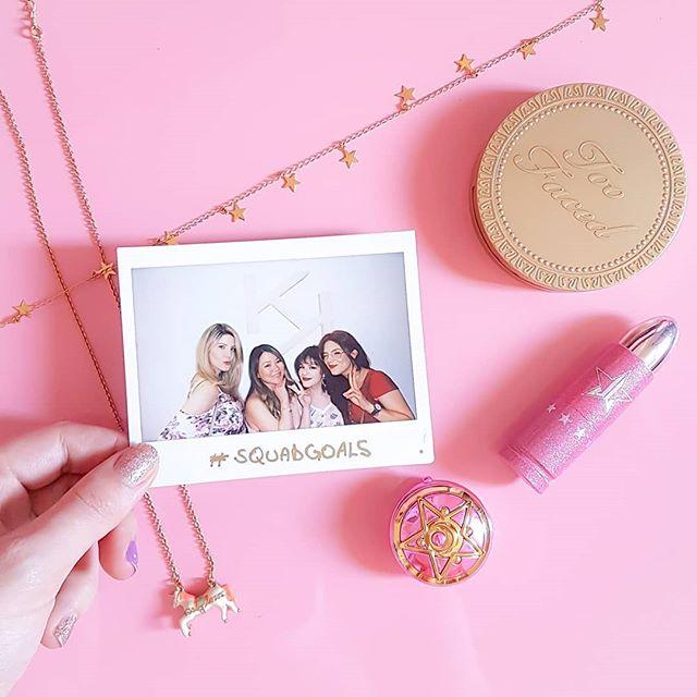 Esse foi um ano cheio de desafios, mas também repleto de amor e carinho. Quero que em 2019 eu consiga estar mais próxima de pessoas queridas, da minha criatividade e de uma vida saudável em todos aspectos 💜😸 Nessa foto tem 3 lindonas que aquecem meu coração e não me deixam sentir só. Amizade inspiradora é rosa mesmo!!! #pink #toofaced #sailormoon #jeffreestarcosmetics #lojapetitefleur #pinkfeed #girly #myunicornlife #rosa #blogueirarosa #katespade