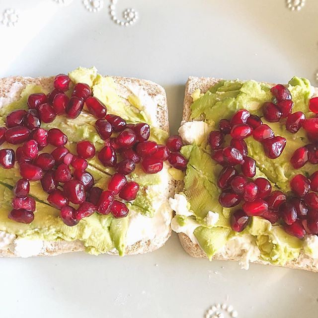 Pomegranate makes everything look so pretty. ✨ . Pictured here- My lunch today. Avocado toast with a goat cheese spread and topped with pomegranate arils. 😋 After indulging in way too much sugar over the holidays, I'm detoxing for the next few days to kick off 2019 on the right foot. Cheers to #selfcare. ❤️ ____________ #detox #avocadotoast #goatcheese #toasty #lunch #bonappetit #tastemade #huffposttaste #buzzfeedfood #feedfeed #eeeeeats #thebiteshot #bossgirlbloggers #foodphotography #foodthatheals #vegetarian #hereyouarehome #houstonblogger #pompom #thatsdarling #prettythings #toastthursday #wholefoods #wellness #eatingfortheinsta
