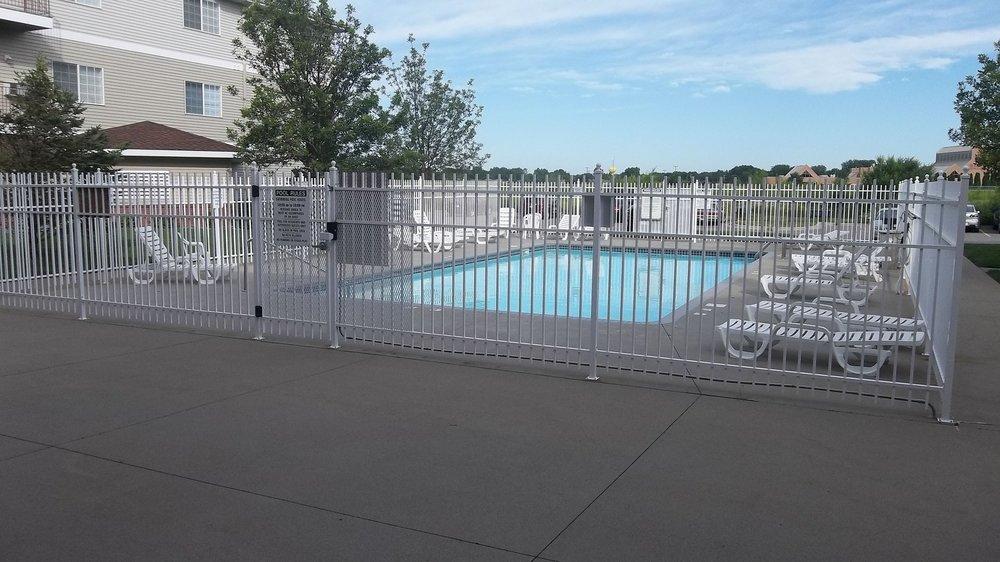 Grand-Gateway-Apartment-Homes-Ourdoor-Pool.JPG