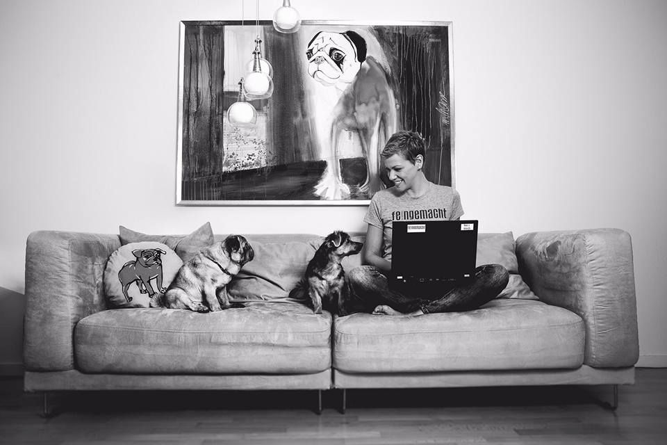 """Franzi mit ihren beiden Hunden, dem Mops """"Leo"""" und der Tierschutzhündin """"Hildegard"""""""