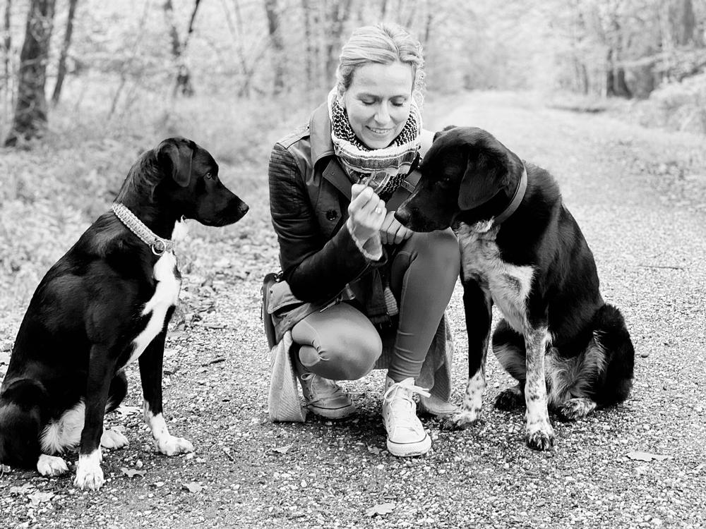"""Petra mit ihren beiden Hunden """"Beetle"""" und """"Lennox"""""""