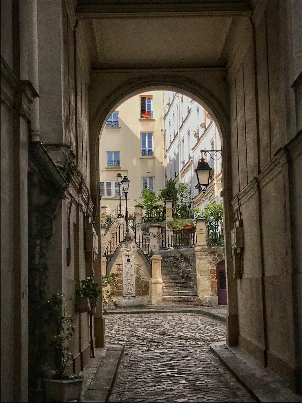 montmartre courtyard full.jpg