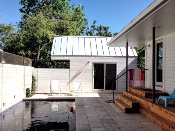 Poolside casita - This 200 sq.ft. cabin can accommodate a family of 4 comfortably. It features a Queen Loft Bed and a 9ft day bed with trundle. Wake up each morning with a dip in the pool. Or get your day started with your a private outdoor shower.