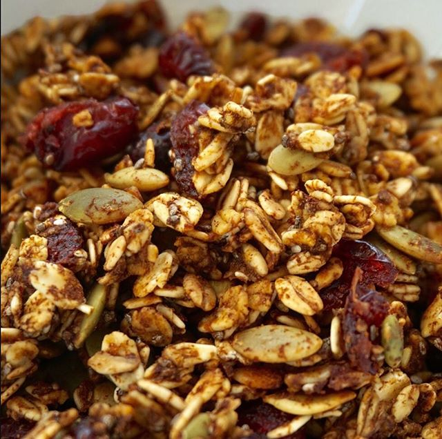 Tuesday PSA: easy granola without added sugar + oil IS POSSIBLE🥄 hit that link in bio to find out how to make it!🔥