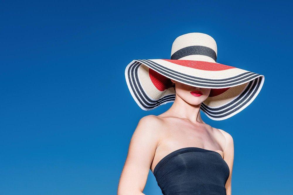 Model mit Hut und blauem Himmel