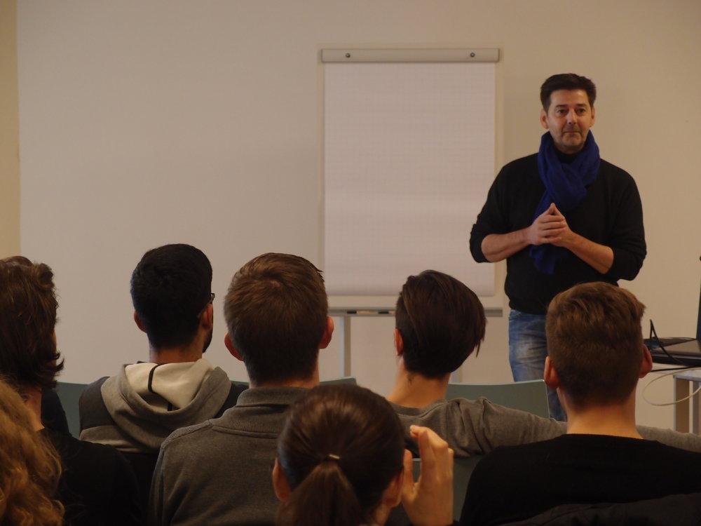 Andreas Neeser mit seiner Lyrik vor einer Schulklasse. Foto: Martina Müller.