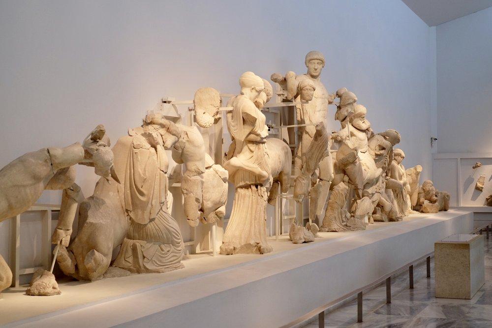 Dessa figurer satt under Zeustemplets taknock.