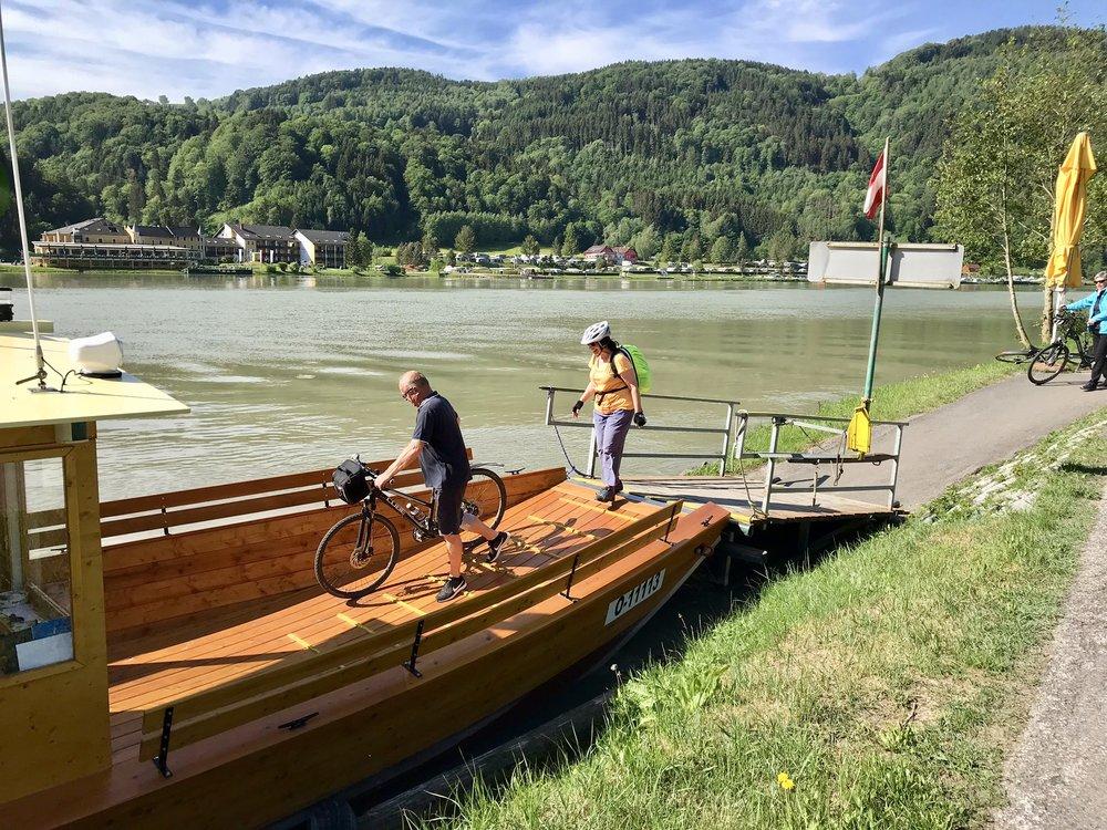 Cykelfärja över Donau